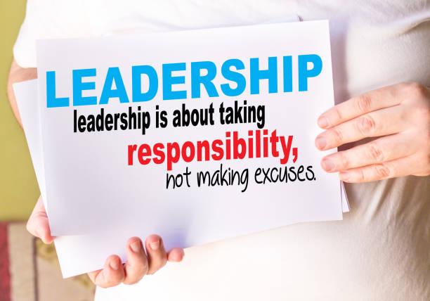 leadership - führung darum, verantwortung zu übernehmen, nicht ausreden. motivationale hintergrund - männer zitate stock-fotos und bilder