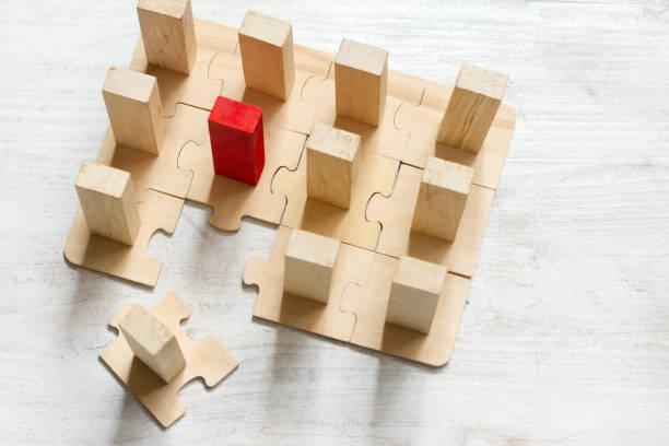 Équipe de direction et nouveau concept d'affaires abstrait d'employé avec le puzzle et le bloc - Photo