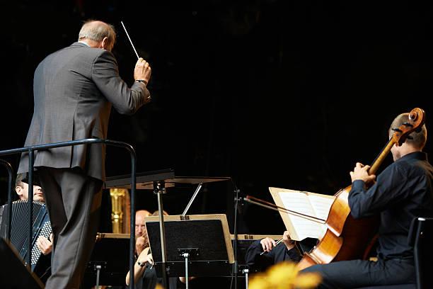 führt das orchester in einer symphonie - philharmonie stock-fotos und bilder
