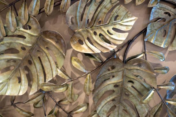feuille monstera, métal doré laisse décoration murale - motif ornemental photos et images de collection
