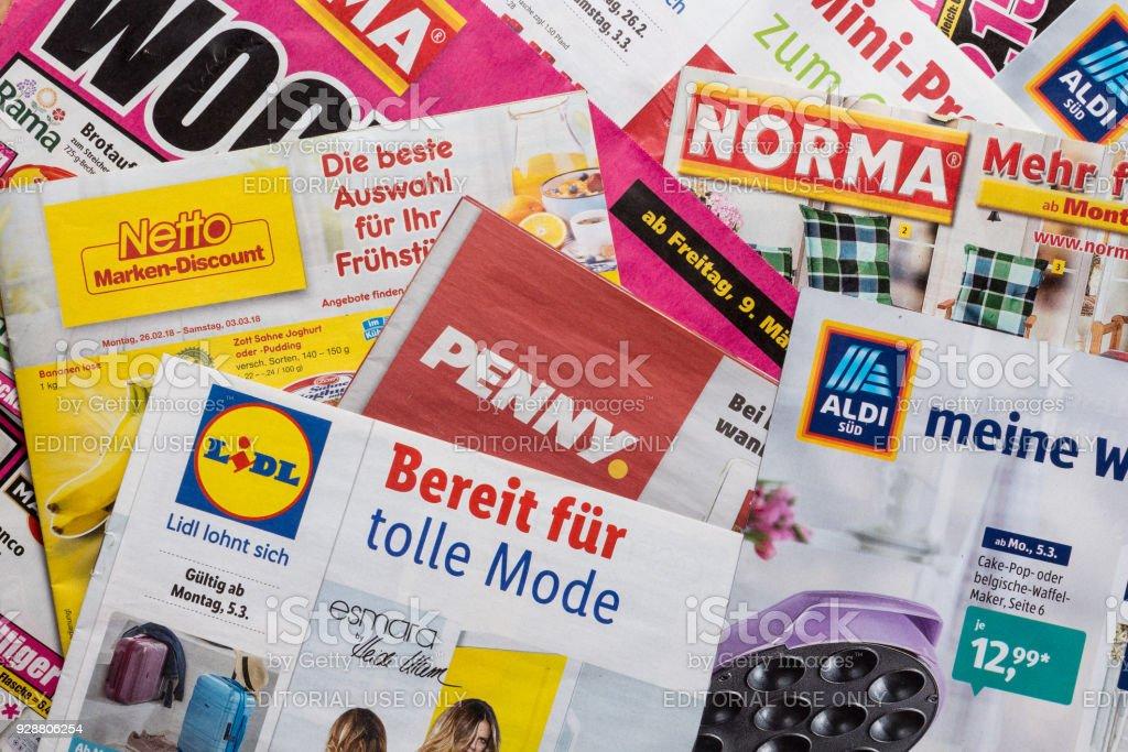 Folletos y volantes de alemán de último minuto en cadenas de mercado - foto de stock