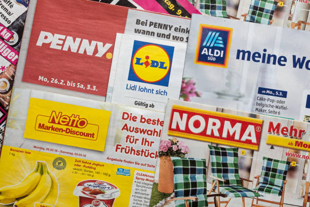 leaflets and flyers of german discount market chains - lidl foto e immagini stock