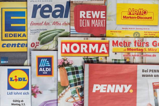 broschüren und flyer der deutschen supermarktketten - rewe supermarket stock-fotos und bilder