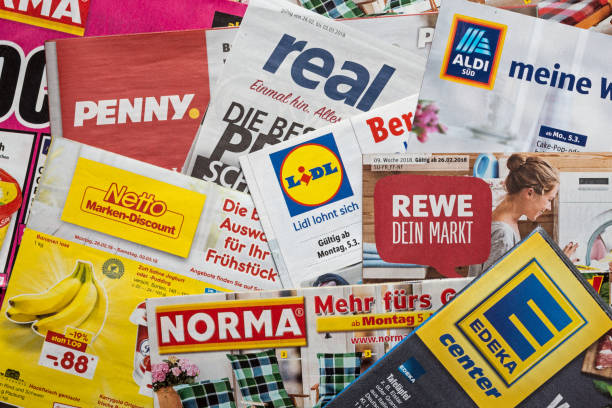 broschüren und flyer der deutschen supermarktketten - rewe germany stock-fotos und bilder