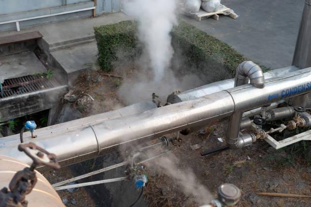 Fugas de vapor en calor tubería interior de gas industrial con una gran cantidad de tuberías. Tubería de la válvula de vapor en la fábrica - foto de stock