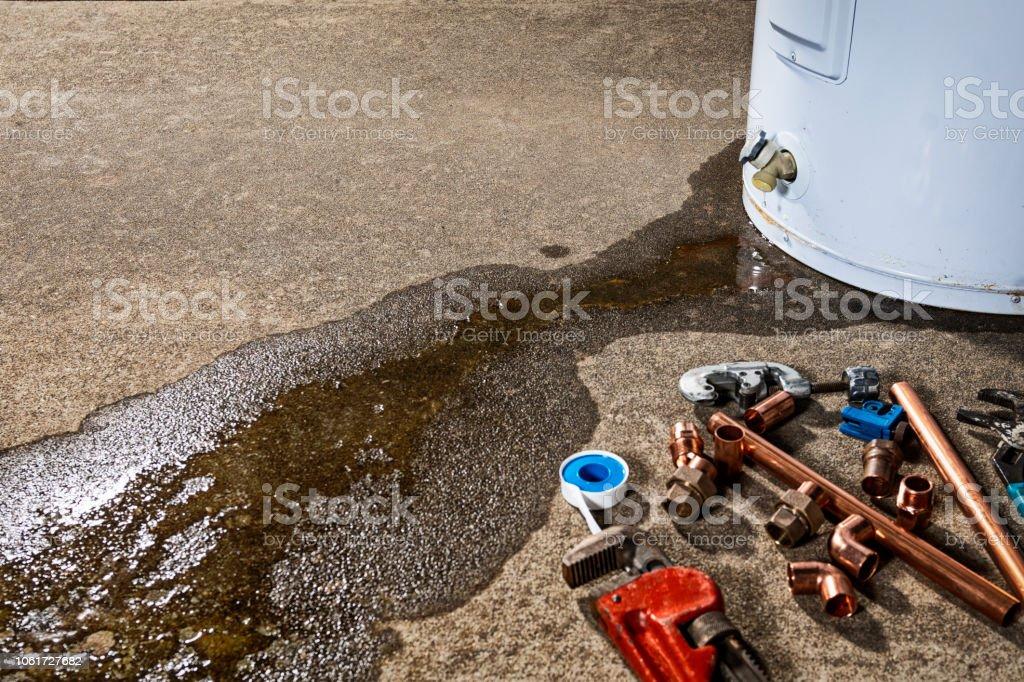 Eine undichte Armatur auf eine inländische Warmwasserbereiter mit Werkzeugen und Armaturen, Gerät ersetzen – Foto