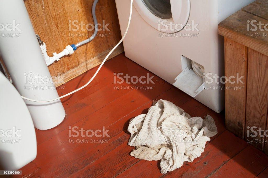 nieszczelna pralka - Zbiór zdjęć royalty-free (Przeciekający)