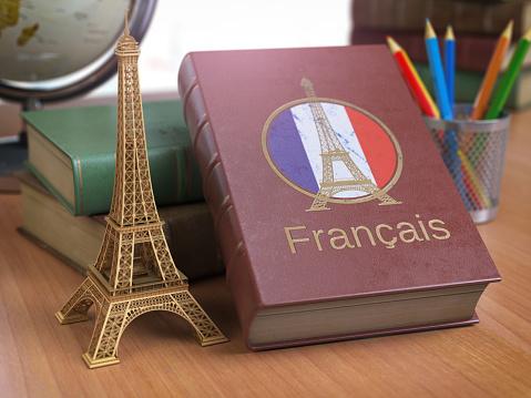 La imagen tiene un atributo ALT vacío; su nombre de archivo es learn-and-studiyng-french-concept-book-with-french-flag-and-eiffel-picture-id1000152558