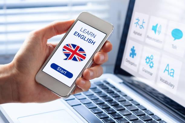 learn english language online concept, mobile phone, flag of uk - english foto e immagini stock