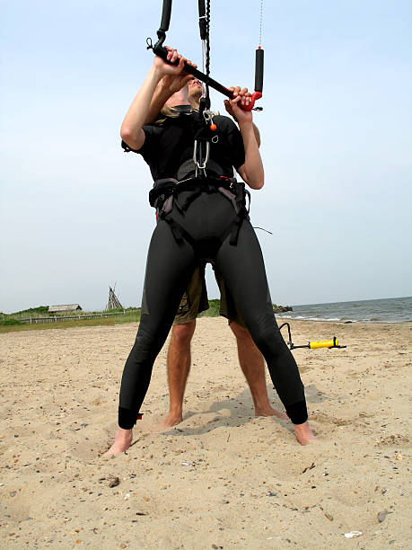 sie, kite - kitesurfen lernen stock-fotos und bilder