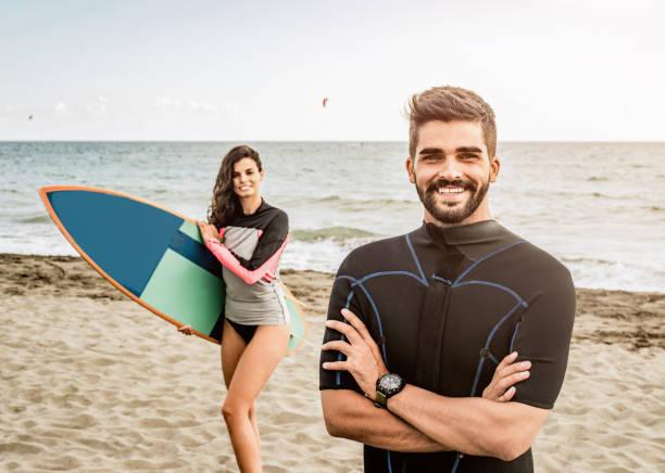 lernen sie surfen mit surflehrer. - kitesurfen lernen stock-fotos und bilder