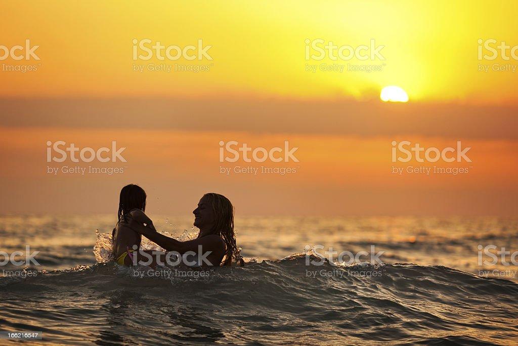 Informationen zum Schwimmen im wunderschönen Sonnenuntergang – Foto