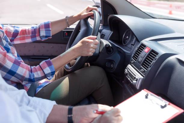 Lernenden Fahrer Schüler fahren Autos mit Instruktor – Foto