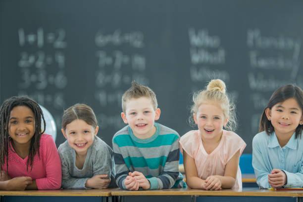 el aprendizaje es la diversión. - clase de matemática fotografías e imágenes de stock