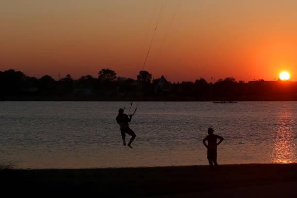 kitesurfen lernen - kitesurfen lernen stock-fotos und bilder