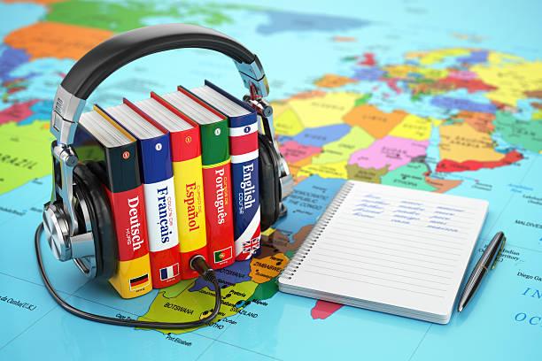 fremdsprachen online. hörbücher konzept. bücher und headpho - sprachunterricht stock-fotos und bilder