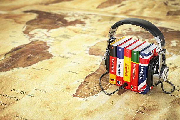 fremdsprachen online. hörbücher konzept. bücher und headpho - spanisch translator stock-fotos und bilder