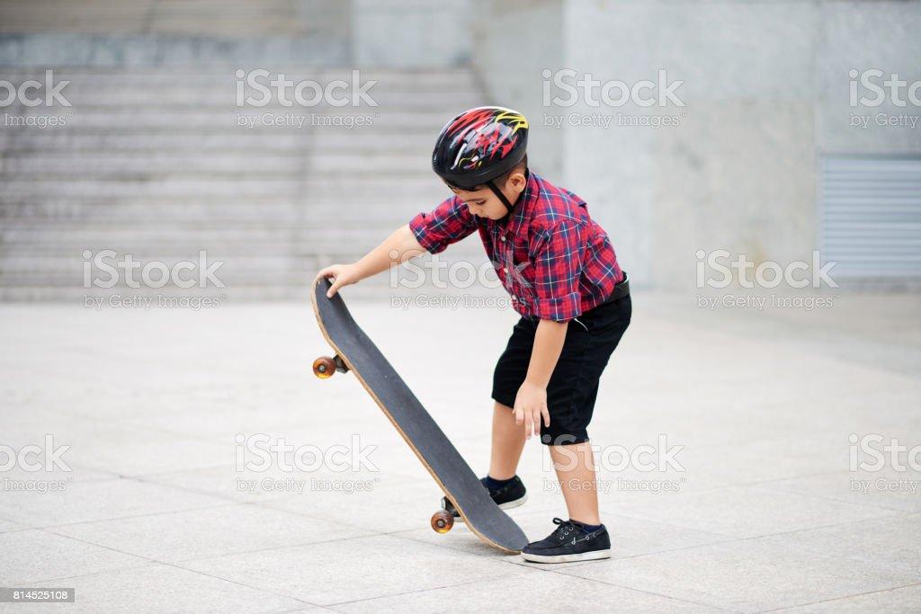Aprendendo a andar de skate - foto de acervo