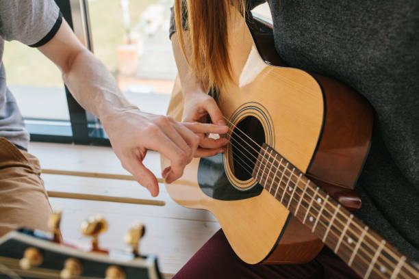 Lernen, Gitarre zu spielen. Musikpädagogik und außerschulischen Unterricht. – Foto