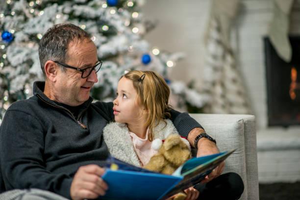 learning zu lesen - weihnachten 7 jährige stock-fotos und bilder