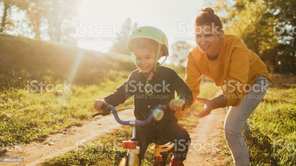 Learning to ride a bicycle - foto stock