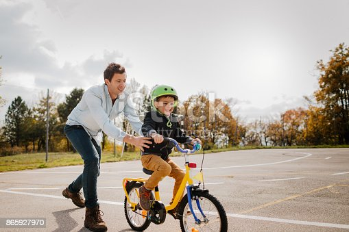 860036242 istock photo Learning to ride a bicycle 865927970