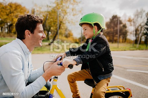 860036242 istock photo Learning to ride a bicycle 865928122