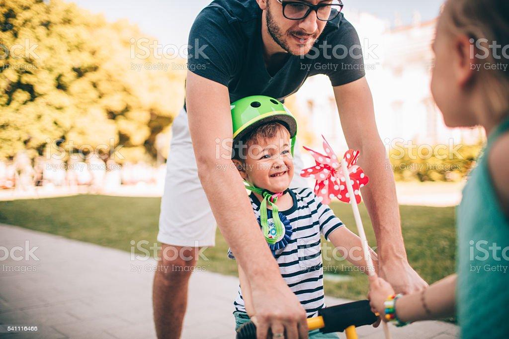 Научиться ездить на велосипеде стоковое фото