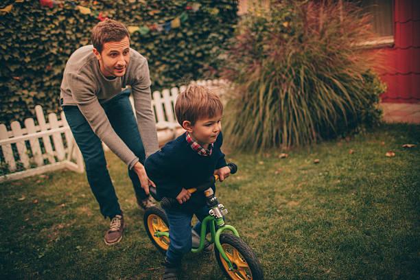 lernen zu ride - kinderfahrrad stock-fotos und bilder