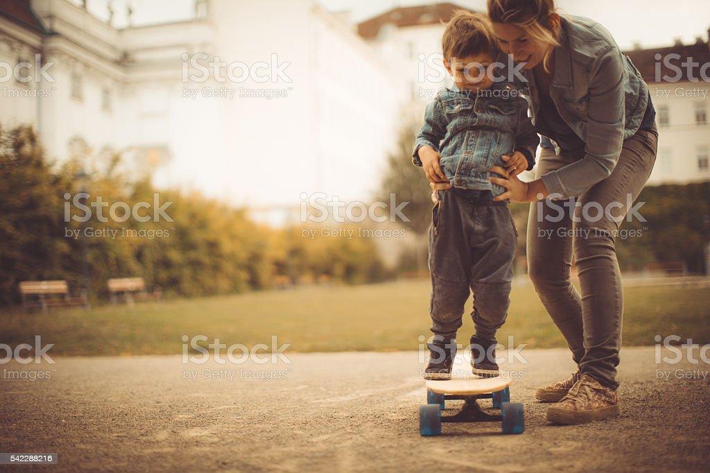 Aprender a andar de skate - foto de acervo
