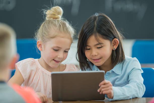 aprendendo juntos em um tablet digital - aula de matemática - fotografias e filmes do acervo