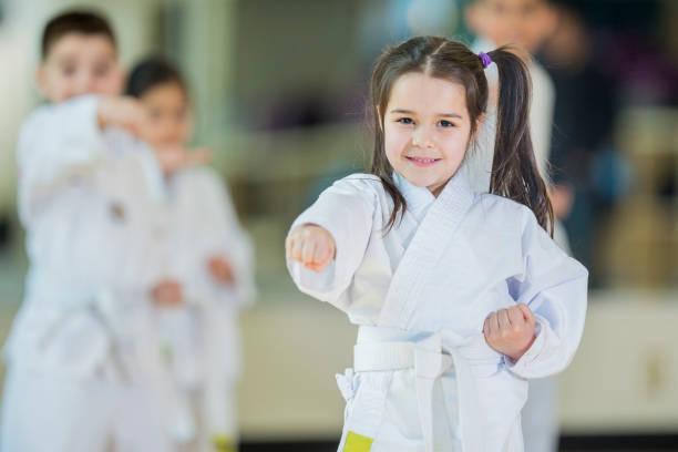 gemeinsam lernen - taekwondo stock-fotos und bilder