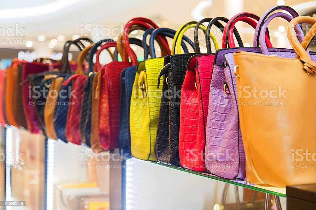 Leather bags in a shop waiting for customers - foto de stock