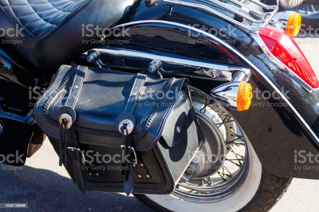 Bolsa de couro motociclista em um close-up da motocicleta. Conceito de viagens de moto - foto de acervo