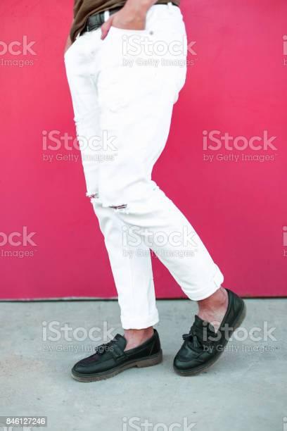 Zapatos Negros De Cuero Y Pantalones Blancos Hombre Esta Parado Cerca De Una Pared De Color Rosa Brillante Foto De Stock Y Mas Banco De Imagenes De A La Moda Istock
