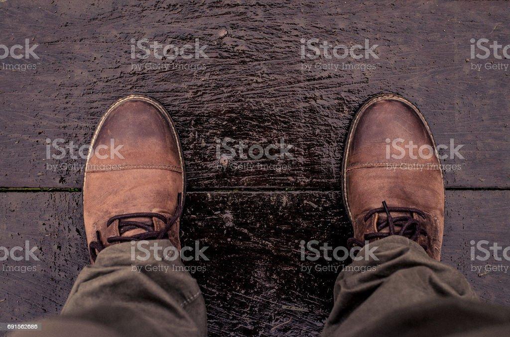 Botas de couro bordo molhado - foto de acervo
