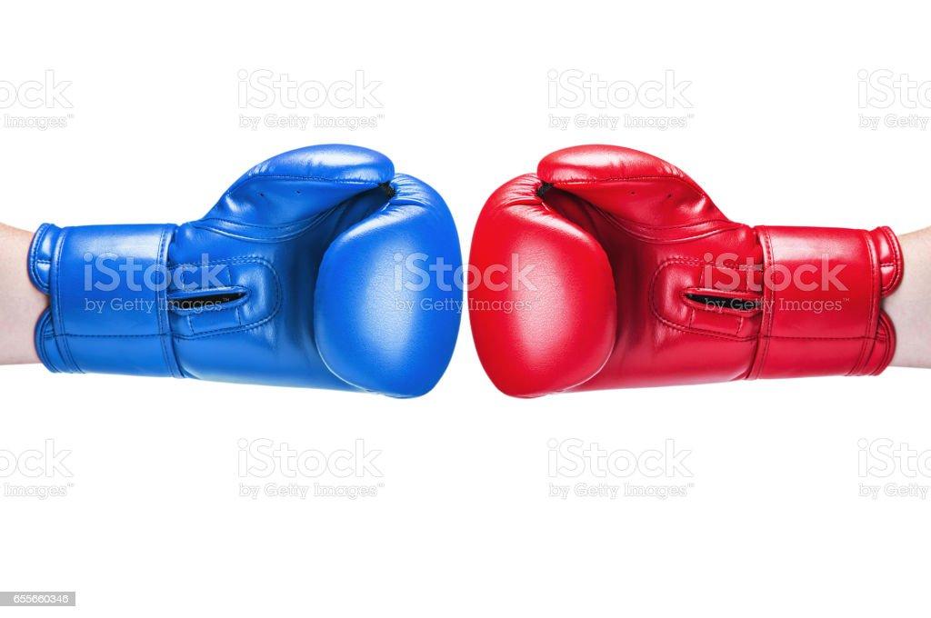 lederen Bokshandschoen rood en blauw op wit wordt geïsoleerd foto