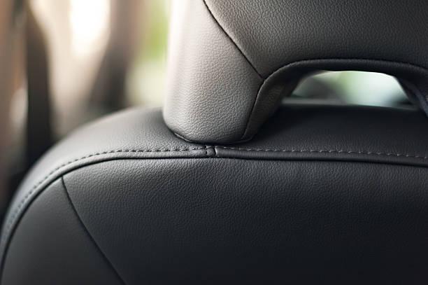 auto-sitze-detail mit fokus auf strick - kopfstütze stock-fotos und bilder