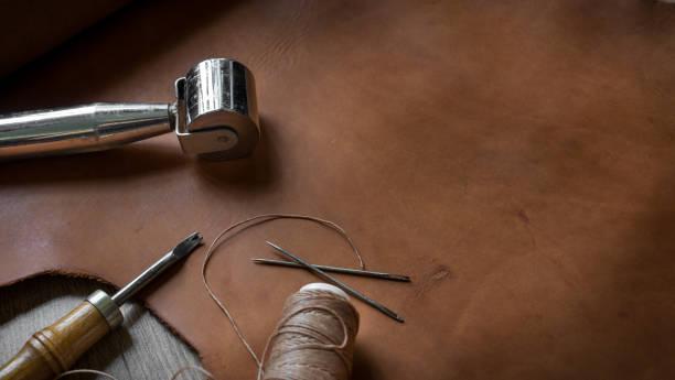 leder handwerk werkzeuge - diy leder stock-fotos und bilder