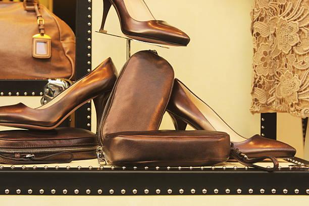 leder-mode schuhe gepäck spitze retail display - leder handtaschen damen stock-fotos und bilder