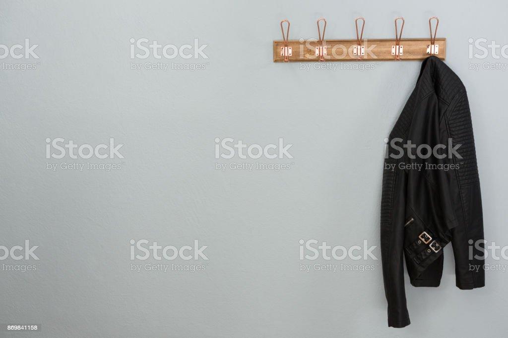 Lederjacke am Haken hängend – Foto