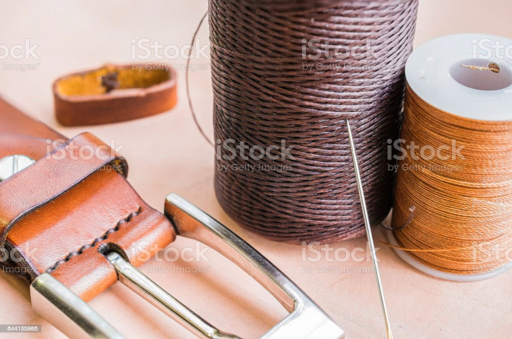 leather materials and thread reel - foto de stock
