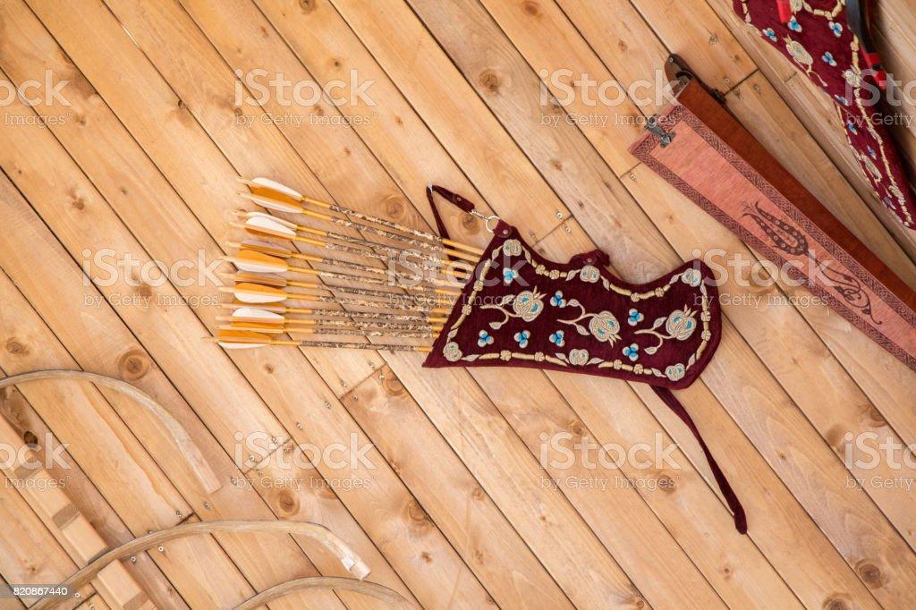 carcaj de cuero para flechas dentro de la tenencia - foto de stock