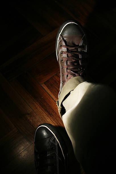 leder-slipper in der füße eines jungen mannes - elemi stock-fotos und bilder
