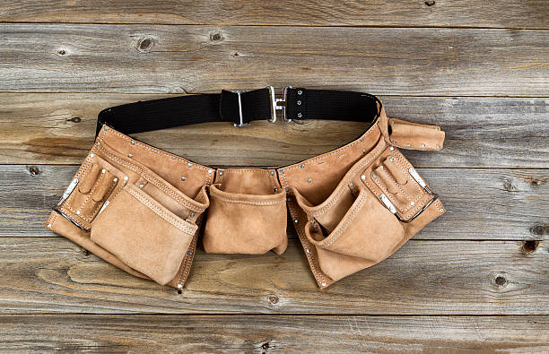 leder-tool belt auf rustikalen holz-boards - diy leder stock-fotos und bilder