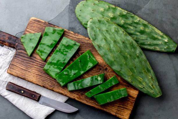 lämna av cactus nopales. mexikansk mat och dryck ingrediens. ovanifrån - cactus lime bildbanksfoton och bilder