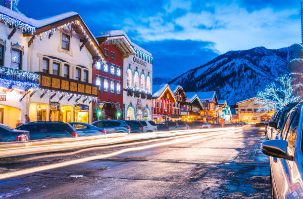 leavenworth,washington,usa.-02/14/16 : belle leavenworth avec décoration de lumière en hiver. - état de washington photos et images de collection