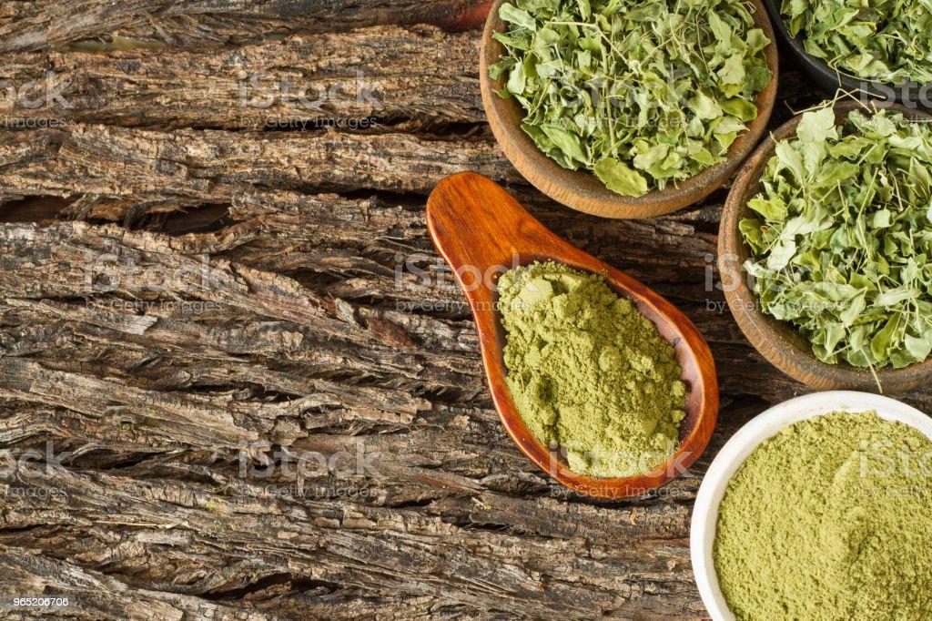 leaves and moringa powder zbiór zdjęć royalty-free
