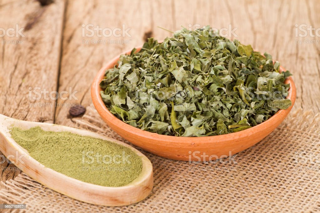 leaves and moringa powder zbiór zdjęć royalty-free