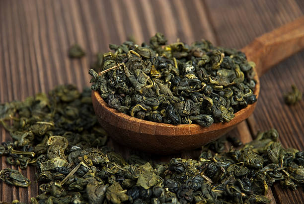 leaves of green tea in a wooden – Foto